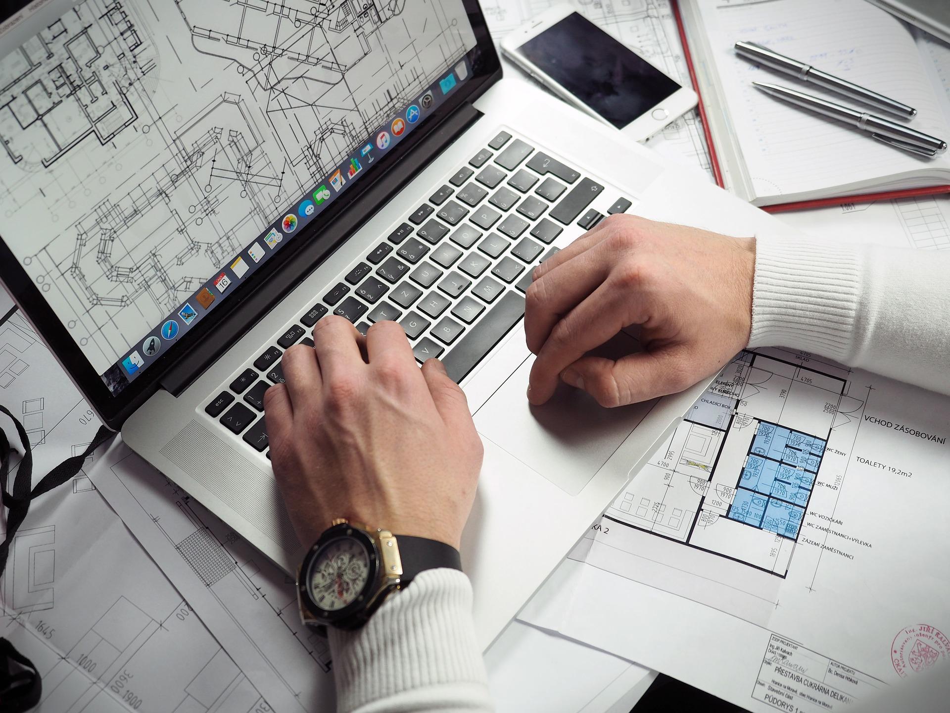 図面を作成する建築士