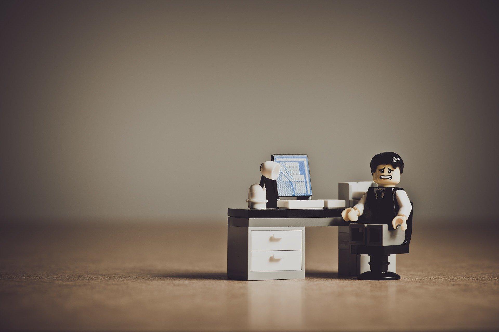 パソコンをいじる男性