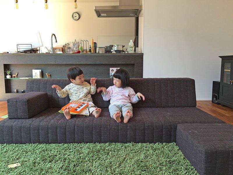 家で遊ぶ兄弟